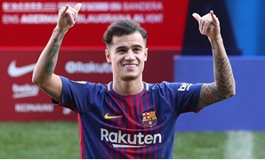 Soccer Football - FC Barcelona present new signing Philippe Coutinho - Camp Nou, Barcelona, Spain - January 8, 2018 FC Barcelona's new signing Philippe Coutinho waves on the pitch REUTERS/Albert Gea
