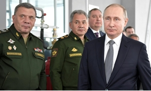 Russian President Vladimir Putin, Defence Minister Sergei Shoigu and Deputy Defence Minister Yuri Borisov visit the Gorbunov Aviation factory in Kazan, Russia January 25, 2018 - Sputnik/Alexei Nikolsky/Kremlin via REUTERS
