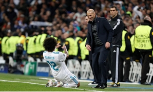 Soccer Football - Champions League Round of 16 First Leg - Real Madrid vs Paris St Germain - Santiago Bernabeu, Madrid, Spain - February 14, 2018 Real Madrid's Marcelo celebrates scoring their third goal with coach Zinedine Zidane REUTERS/Paul Hanna