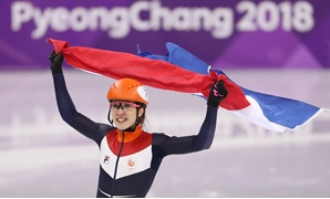 Short Track Speed Skating Events - Pyeongchang 2018 Winter Olympics - Women's 1000m Final - Gangneung Ice Arena - Gangneung, South Korea - February 22, 2018 - Gold medallist Suzanne Schulting of Netherlands celebrates. REUTERS/Lucy Nicholson