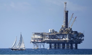 An offshore oil platform is seen in Huntington Beach, California September 28, 2014. REUTERS/Lucy Nicholson/File photo