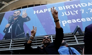 "FILE PHOTO - Musician Ringo Starr gestures at fans at a ""Peace & Love"" event to celebrate Starr's 77th birthday in Los Angeles, California, U.S., July 7, 2017. REUTERS/Mario Anzuoni"