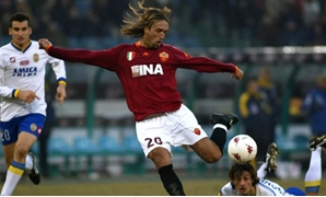 Batistuta with Roma's jersey – AS Roma official website
