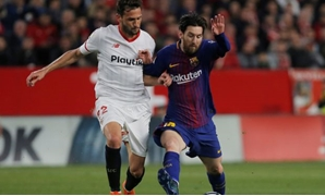 FILE PHOTO - Soccer Football - La Liga Santander - Sevilla vs Barcelona - Ramon Sanchez Pizjuan, Seville, Spain - March 31, 2018 Barcelona's Lionel Messi in action with Sevilla's Franco Vazquez REUTERS/Jon Nazca