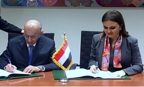 Minister of Investment Sahar Nasr signs the deal with  Abdlatif Yousef Al-Hamad, Director General of Arab Fund for Economic and Social Development -  Press photo