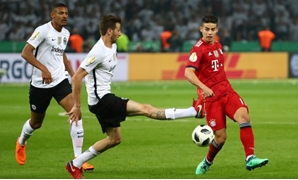 Soccer Football - DFB Cup Final - Bayern Munich vs Eintracht Frankfurt - Olympiastadion, Berlin, Germany - May 19, 2018 Eintracht Frankfurt's David Abraham in action with Bayern Munich's James Rodriguez REUTERS/Michael Dalder