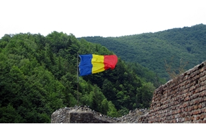 File: Romania Flag on the Poienari Fort, Argeș County, Romania – Flickr/andreistore