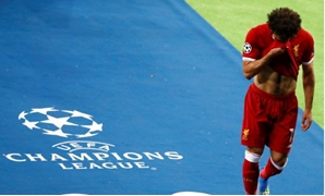 Soccer Football - Champions League Final - Real Madrid v Liverpool - NSC Olympic Stadium, Kiev, Ukraine - May 26, 2018 Liverpool's Mohamed Salah reacts as he is substituted after sustaining an injury REUTERS/Phil Noble
