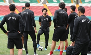 Egypt's forward Mohamed Salah (C) speaks to his teammates during a training session during the Russia 2018 World Cup football tournament at the Akhmat Arena stadium in Grozny on June 17, 2018. / AFP