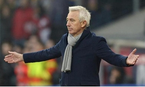 Hamburger SV's coach Bert van Marwijk reacts during the German Bundesliga first division soccer match against Eintracht Brunswick in Brunswick February 15, 2014. REUTERS/Fabian Bimmer