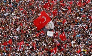 Supporters of Muharrem Ince, presidential candidate of Turkey's main opposition Republican People's Party (CHP), attend an election rally in Istanbul, Turkey June 23, 2018. REUTERS/Osman Orsal