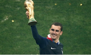 Soccer Football - World Cup - Final - France v Croatia - Luzhniki Stadium, Moscow, Russia - July 15, 2018 France's Antoine Griezmann with the trophy as he celebrates winning the World Cup REUTERS/Christian Hartmann