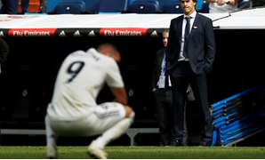 Soccer Football - La Liga Santander - Real Madrid v Levante - Santiago Bernabeu, Madrid, Spain - October 20, 2018 Real Madrid coach Julen Lopetegui looks dejected REUTERS/Susana Vera