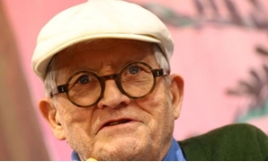 "FILE PHOTO: British artist David Hockney speaks during presentation of his new book ""A Bigger Book"" during the book fair in Frankfurt, Germany October 19, 2016. REUTERS/Kai Pfaffenbach/File Photo."
