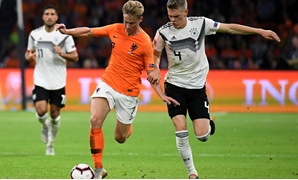 FILE PHOTO: Soccer Football - UEFA Nations League - League A - Group 1 - Netherlands v Germany - Johan Cruijff Arena, Amsterdam, Netherlands - October 13, 2018 Netherlands' Frenkie De Jong in action with Germany's Matthias Ginter REUTERS/Piroschka Van de