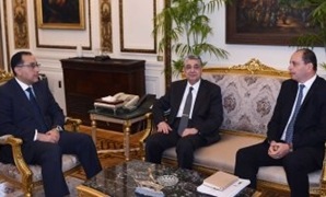 Prime Minister Mostafa Madbouli (l), Minister of Electricity and Renewable Energy Mohamed Shaker (center), and Zarou Group CEO Sameh Shenouda in a meeting at the Cabinet's headquarters in Cairo, Egypt. February 19, 2019. Press Photo.