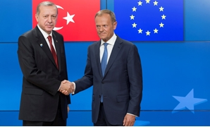 Turkish President Recep Tayyip Erdogan (L) shakes hands with European Council President Donald Tusk (R) in Brussels, Belgium, May 25, 2017. REUTERS/Oliver Hoslet/Pool