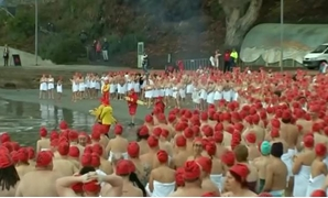 More than 1,900 people rose early on Saturday to take a chilly plunge on the Australian island state of Tasmania.