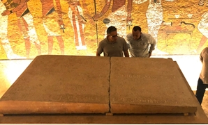 Minister of Antiquities, Mostafa Waziri inspecting the lid - ET