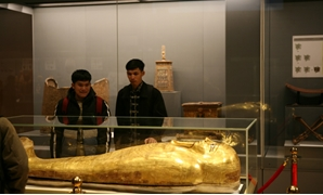 The students touring the museum - ET