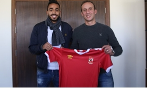 Mahmoud Kahraba and Al-Ahly sporting director, Amir Tawfik, hold the shirt of the club