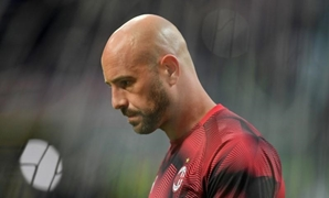 FILE PHOTO: Soccer Football - Serie A - AC Milan v Lazio - San Siro, Milan, Italy - April 13, 2019 AC Milan's Pepe Reina during the warm up before the match REUTERS/Daniele Mascolo/File Photo