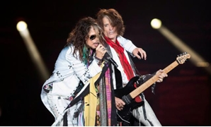 "FILE PHOTO: Vocalist Steven Tyler (L) and guitarist Joe Perry of Aerosmith perform during their ""Aerosmith: Let Rock Rule"" tour at The Forum in Inglewood, California July 30, 2014. REUTERS/Mario Anzuoni/File Photo"