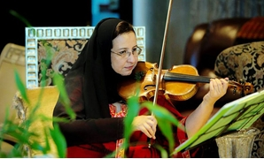 Khaldi playing the violin - ET