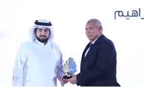 New Valley governor (R) receives Sheikh Mohammed bin Rashid Al Maktoum Knowledge Award - Press photo