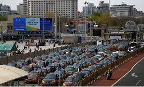 Taxis line up outside Beijing Railway Station as the spread of coronavirus disease (COVID-19) continues in Beijing, April 1, 2020. REUTERS/Thomas Peter