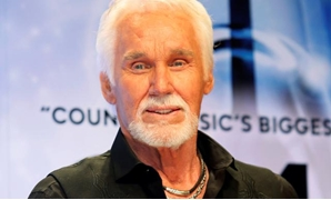 FILE PHOTO: Kenny Rogers poses backstage after accepting the Willie Nelson Lifetime Achievement award at the 47th Country Music Association Awards in Nashville, Tennessee November 6, 2013. REUTERS/Eric Henderson.