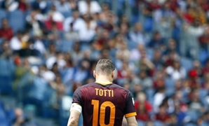 Football Soccer - AS Roma v Chievo Verona - Italian Serie A - Olympic Stadium, Rome, Italy - 08/05/16 AS Roma's Francesco Totti during the match against Chievo Verona. REUTERS/Tony Gentile - RTX2DC73