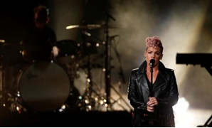 FILE PHOTO: 2017 American Music Awards – Show – Los Angeles, California, U.S., 19/11/2017 – Singer Pink performs. REUTERS/Mario Anzuoni/File Photo