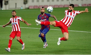 Soccer Football - La Liga Santander - FC Barcelona v Atletico Madrid - Camp Nou, Barcelona, Spain - June 30, 2020 Barcelona's Arturo Vidal in action with Atletico Madrid's Felipe, as play resumes behind closed doors following the outbreak of the coronavir